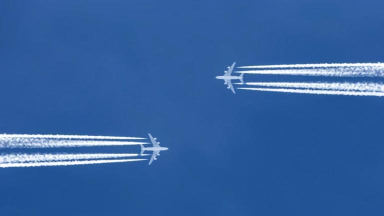 الطائرات تسير ببطء شديد في السماء