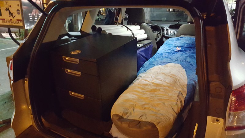 أمريكي يعيش داخل سيارته