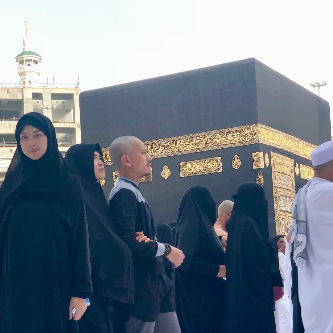 تامر حسني وزوجته في العمرة