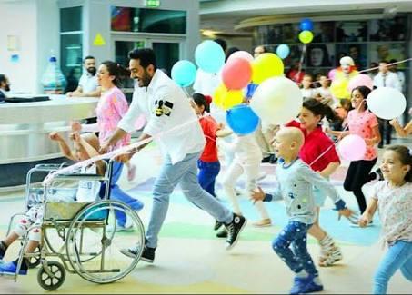 النجم تامر حسني ينشر البهجة في مستشفى 57357