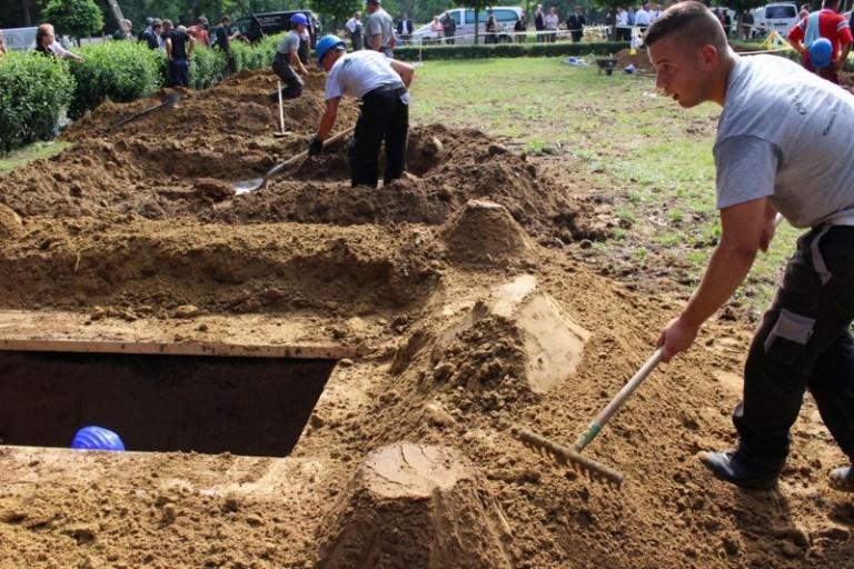 أول مسابقة وطنية لحفر القبور في العالم