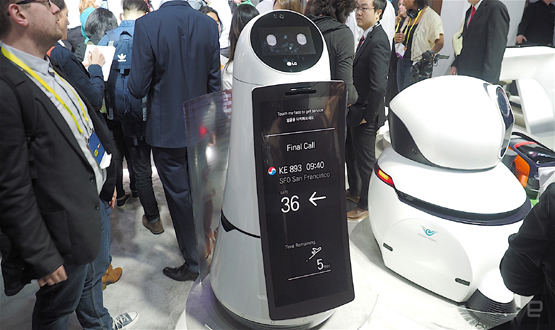 الروبوت الذكي يساعد المسافرين في المطار